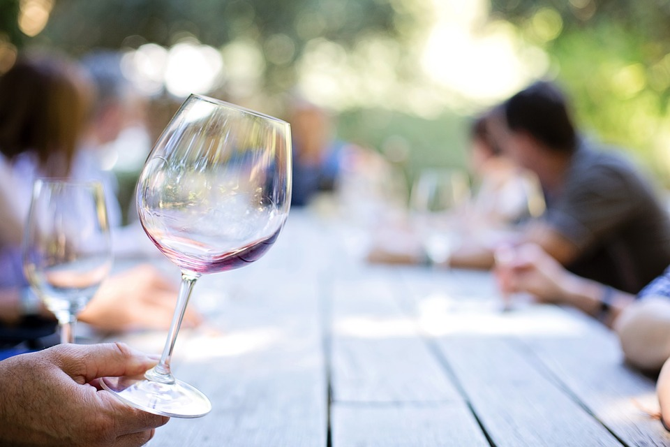 Disfrutando un buen vino sin gastar mucho